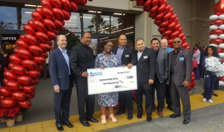 Vons contributed $2,000 to Kelso Elementary School and Inglewood High School for their Grand Re-Opening on Manchester Blvd! Dec 2017